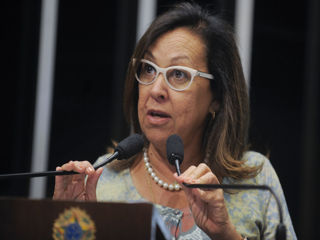 Senadora Lídice da Mata (PSB-BA) lamenta adiamento do julgamento de nove integrantes do grupo musical New Hit, acusados de estupro coletivo de duas adolescentes em agosto de 2012