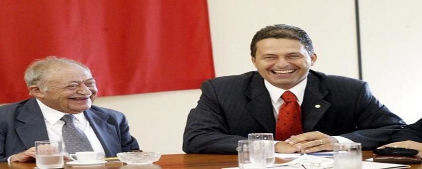 O deputado federal Miguel Arraes e o novo ministro da Ciência e Tecnologia, Eduardo Campos, na sede do PSB, em Brasília. (Brasília - DF, 22.01.2004, 12h00. Foto de Lula Marques/Folhapress)